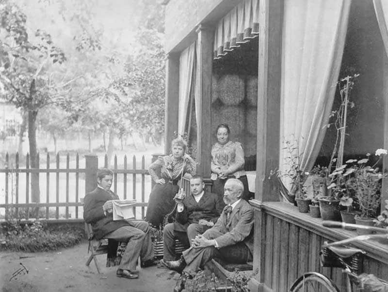 Женщины тоже любили отдохнуть от городской суеты,