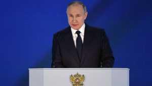 Путин пообещал выплату 10 тысяч рублей семьям со школьниками