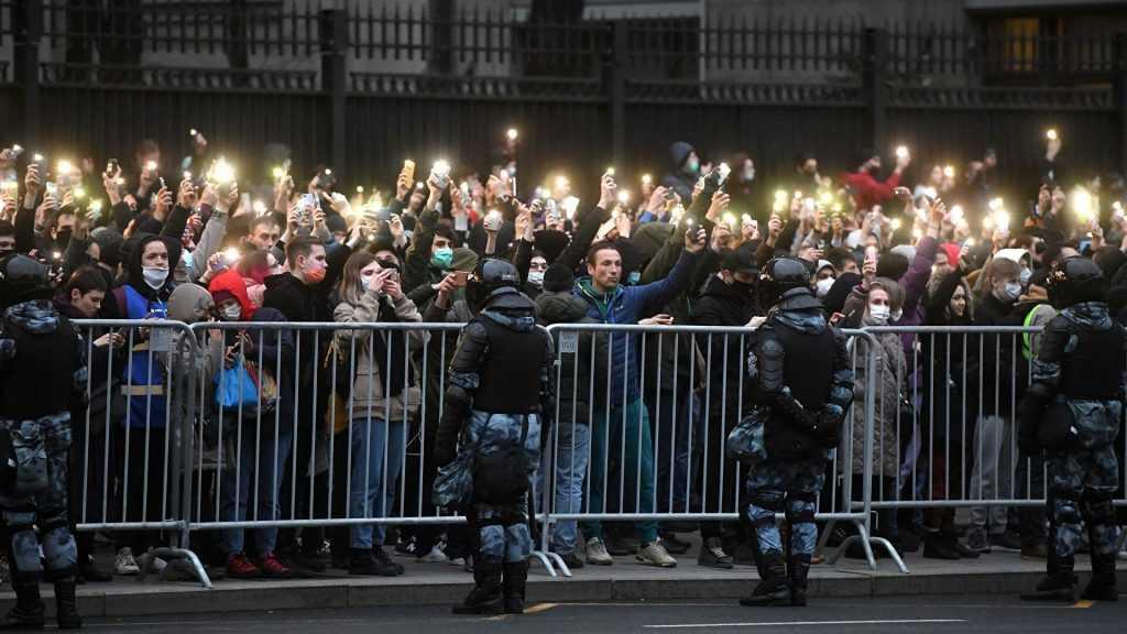 На писателя Быкова составят протокол в полиции за участие в митинге 21 апреля