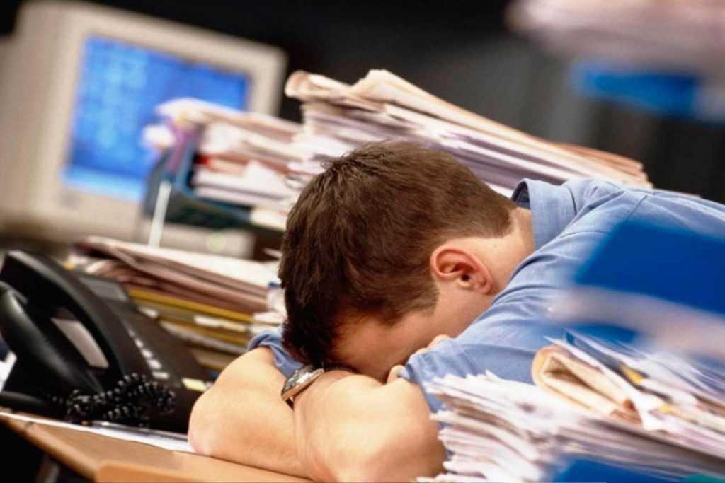 Эксперты: четверть россиян работают даже во время отпуска