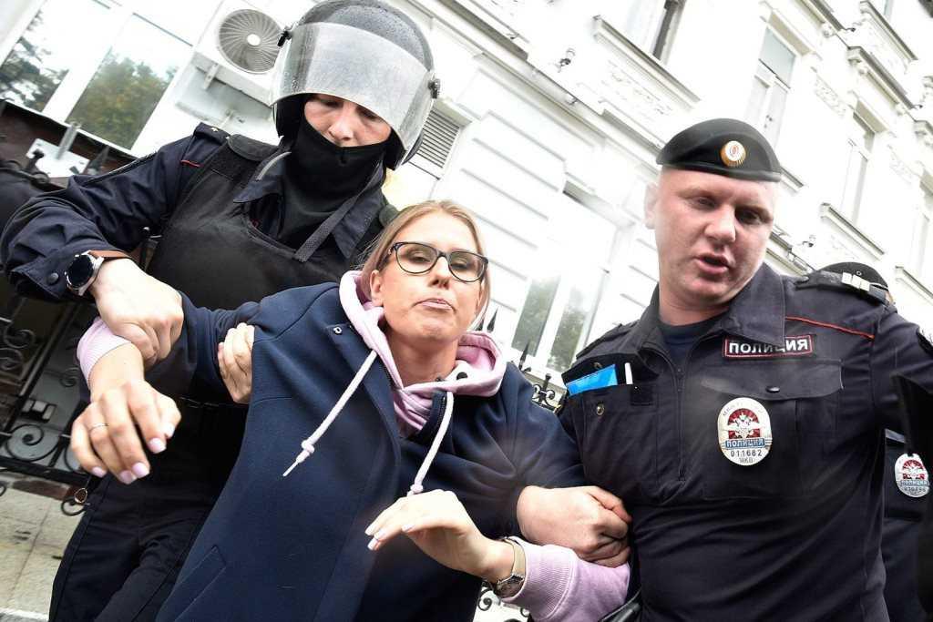 Любовь Соболь задержали в Москве перед акцией в поддержку Навального