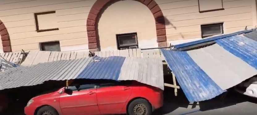 Сразу 8 человек лишились своих машин. В центре Петербурга рухнул забор