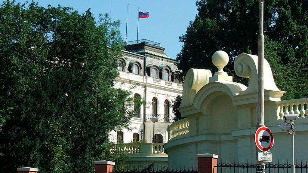 В Праге хулиганы облили забор посольства РФ кетчупом