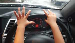 Шестилетний ребенок за рулем автомобиля задавил свою мать в Курской области