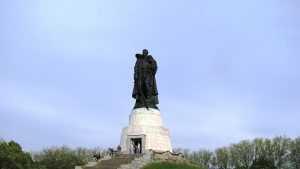 Посол России в Германии возложил венок у памятника Воину-освободителю