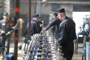 Заключенные в России получают зарплату до 220 тысяч рублей