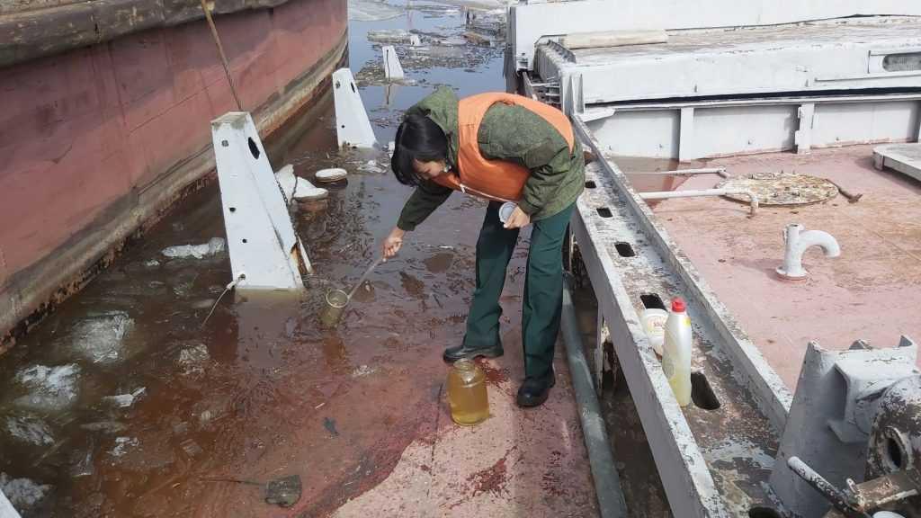 Нефтепродукты попали в реку в Якутии