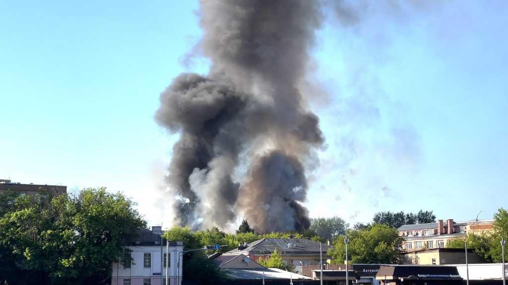 В центре Москвы идут взрывы на складе с пиротехникой