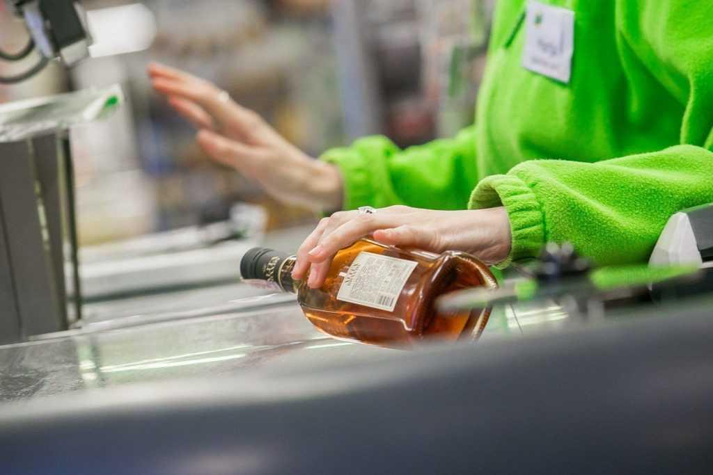 В России предлагают ввести уголовную ответственность за покупку алкоголя для детей