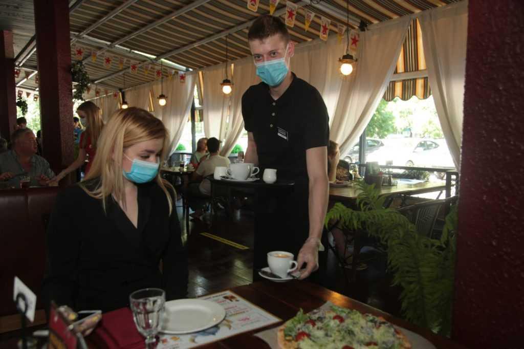 Московские власти заявили о соблюдении антиковидных мер в магазинах и ресторанах