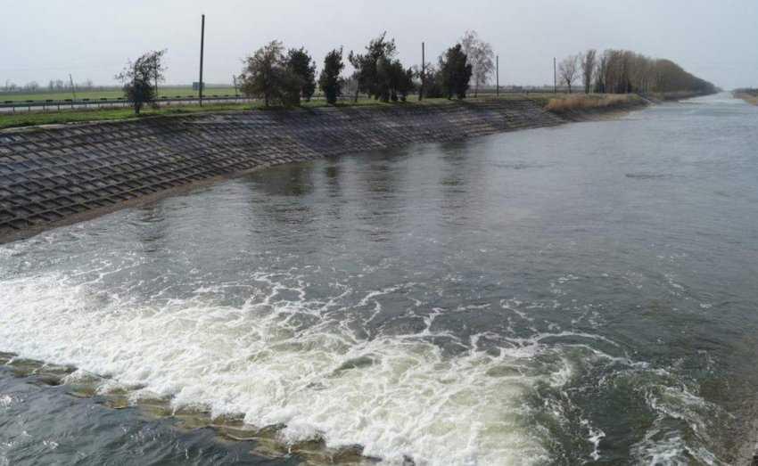 Разрушенная плотина дала возможность просочиться в Крым украинской воде из Днепра