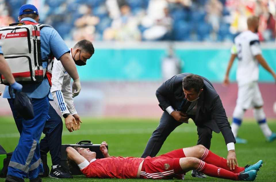 У футболиста сборной России Фернандеса подозревают травму грудного отдела позвоночника