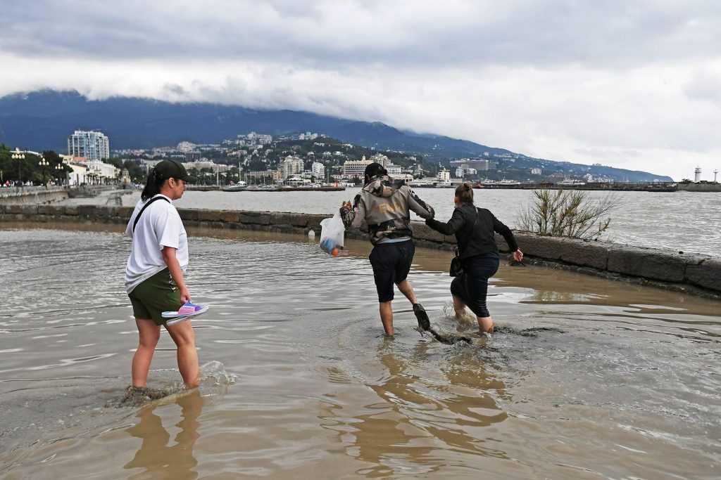 Разрушенные наводнением пляжи в Ялте уже восстановили
