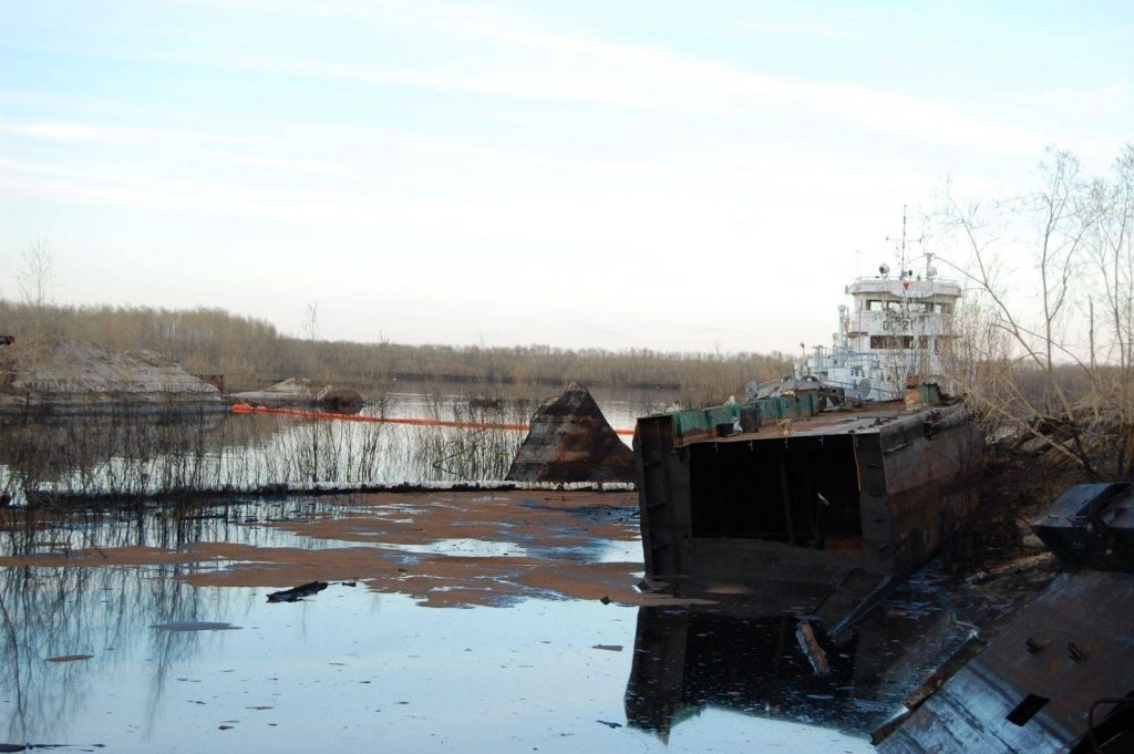 Нефтепродукты с ГЭМ попали в реку Вилюй в Якутии