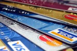 Крупные покупки россияне оплачивают кредитными картами