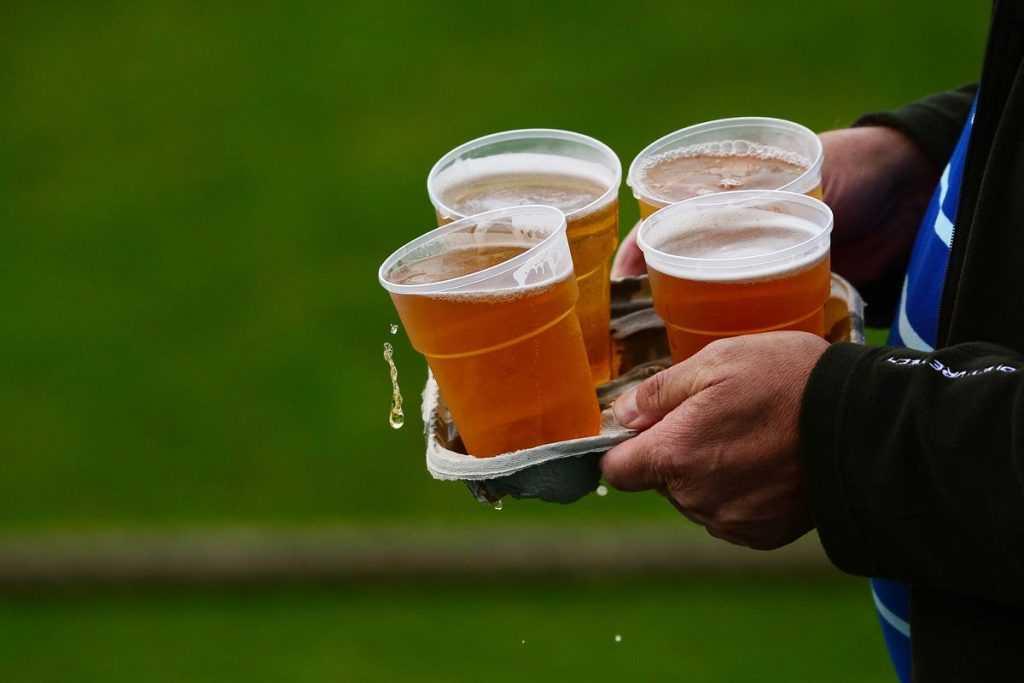 На российские стадионы хотят вернуть пиво