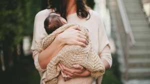 По ошибке врачей женщина в России родила чужого ребенка