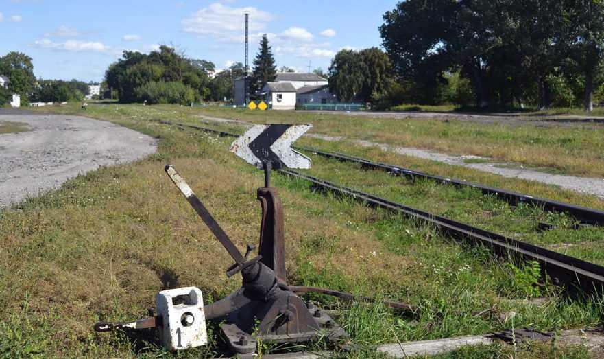 Американский дипломат похитил железнодорожный знак с путей в России