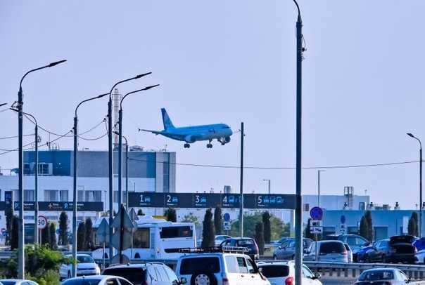 Таксисты заблокировали проезд к аэропорту Симферополя