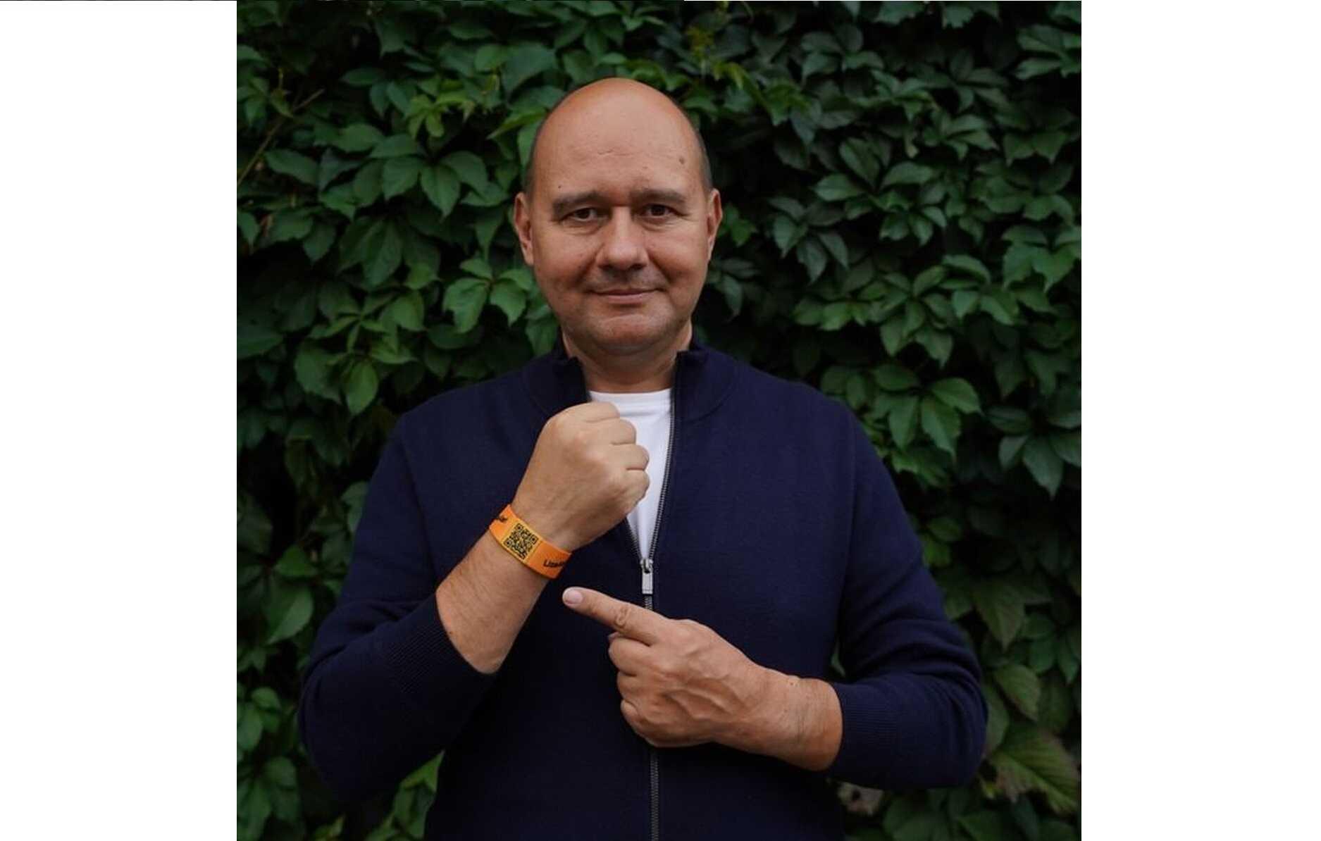 В Москве начали раздавать браслеты, которые помогут в поиске пропавших