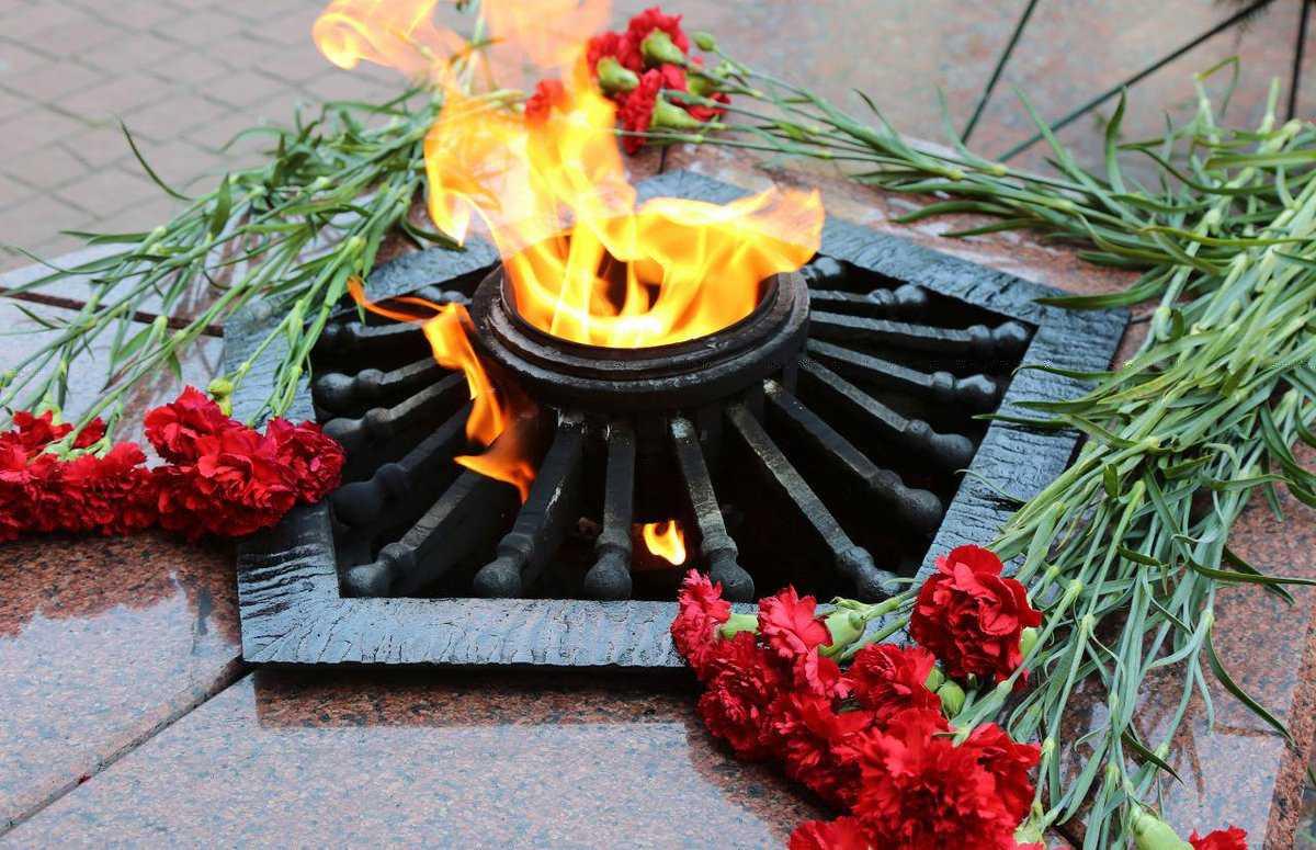 В Севастополе подростки прикурили от Вечного огня