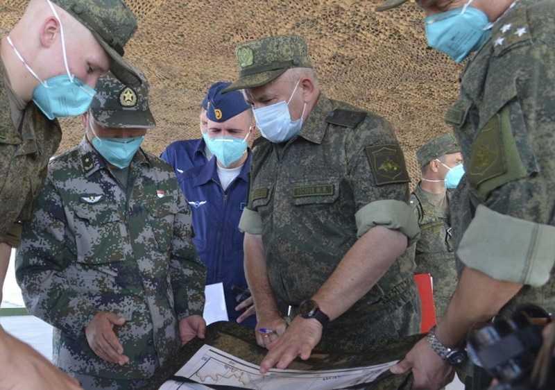 Шойгу прибыл в Китай для наблюдения за совместными военными учениями
