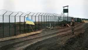 Украинские военные копают траншеи на границе с Россией