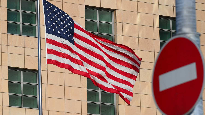 Сотрудники дипмиссии США, укравшие рюкзак у россиянина, покинули Россию
